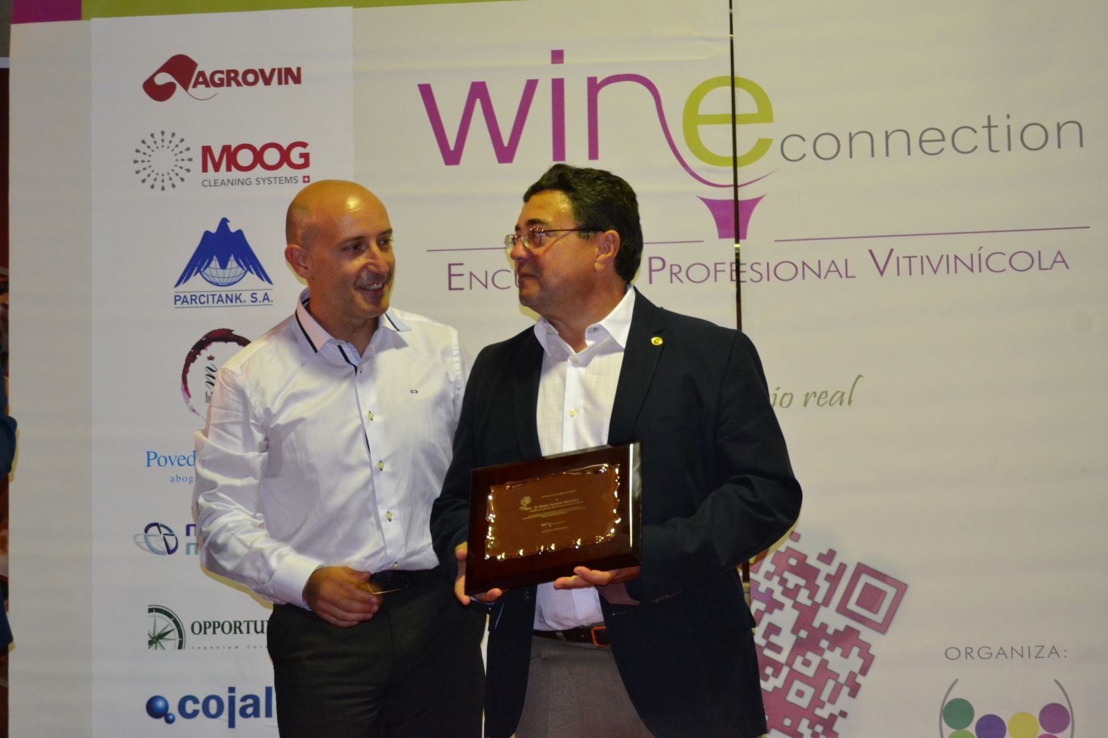 Pedro Sarrión recibe el galardón de manos de Isidro Hidalgo